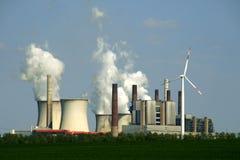 Steenkool-brandende elektrische centrale stock afbeelding