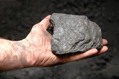 Steenkool in de hand van de mijnwerker Royalty-vrije Stock Afbeelding