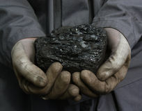 Steenkool in de handen royalty-vrije stock fotografie