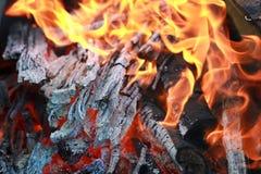 Steenkool en brandvlam stock afbeeldingen