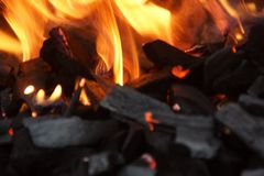 Steenkool en vlammen - Close-up royalty-vrije stock foto's