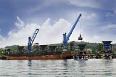 Steenkool lading en het leegmaken activiteiten bij de haven Stock Foto