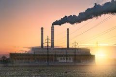 Steenkoolelektrische centrale bij zonsopgang Stock Afbeeldingen