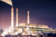 Steenkoolelektrische centrale met schoorstenen op violette hemel Stock Fotografie