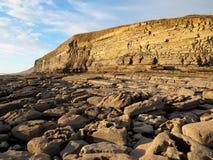 Steenkoolhoudende lagen kalksteen en schalieklippen bij Dunraven-Baai, Dal van Glamorgan, Zuid-Wales stock afbeelding