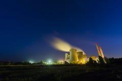 Steenkoolkrachtcentrale bij nacht stock foto's