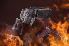 Steenkoolstukken met brandvlammen Royalty-vrije Stock Foto