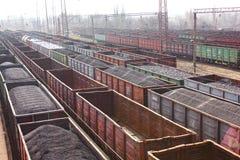 Steenkoolwagens op de spoorweg Mening van de spoorweg stock afbeeldingen