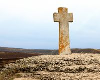 Steenkruis dichtbij kerk stock afbeeldingen