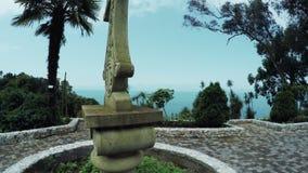 Steenkruis door palmen wordt omringd die stock videobeelden