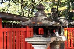 Steenlantaarn bij het Heiligdom van Fushimi Inari Taisha Royalty-vrije Stock Afbeeldingen