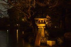 Steenlantaarn bij Kenrokuen-Tuin Stock Foto's