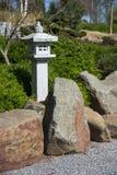 Steenlantaarn, rots en geharkt grint, zen tuinlandschap desig stock afbeelding