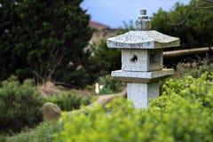 Steenlantaarn tussen altijdgroene installaties, het ontwerp van het tuinlandschap Royalty-vrije Stock Fotografie