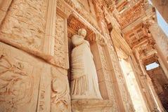 Steenlichaam van Griekse godin bij ingang van historische Celsus-Bibliotheek in Ephesus, Turkije Royalty-vrije Stock Afbeelding