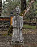 Steenmandarin beeldhouwwerk in forecort die het Stele-Paviljoen in Turkije Duc Royal Tomb, Tint, Vietnam voorafgaan stock afbeeldingen