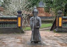 Steenmandarin beeldhouwwerk in forecort die het Stele-Paviljoen in Turkije Duc Royal Tomb, Tint, Vietnam voorafgaan stock afbeelding