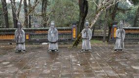 Steenmandarin beeldhouwwerken in forecort die het Stele-Paviljoen in Turkije Duc Royal Tomb, Tint, Vietnam voorafgaan royalty-vrije stock foto's