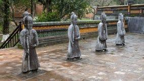 Steenmandarin beeldhouwwerken in forecort die het Stele-Paviljoen in Turkije Duc Royal Tomb, Tint, Vietnam voorafgaan royalty-vrije stock foto