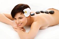 Steenmassage. Beautiful Woman Getting Spa Hete Stenenmassage stock afbeeldingen