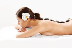 Steenmassage. Beautiful Woman Getting Spa Hete Stenenmassage Royalty-vrije Stock Afbeeldingen