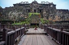 Steenmuren en houten brug Stock Afbeeldingen