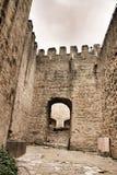 Steenmuren van het kasteel van Heilige George in Lissabon stock afbeeldingen