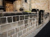 Steenmuur in de oude stad Praag Stock Afbeeldingen