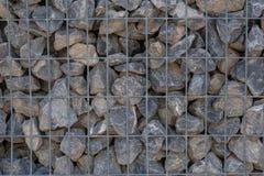 Steenmuur die door een metaalnet wordt gehouden royalty-vrije stock afbeelding
