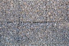 Steenmuur die door een metaalnet wordt gehouden stock foto