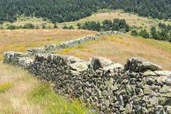 Steenmuur op de helling in de bergen Royalty-vrije Stock Fotografie