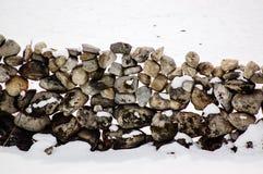 Steenmuur op snow-covered grond Royalty-vrije Stock Afbeeldingen
