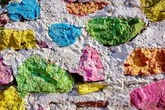 Steenmuur in pastelkleuren wordt geschilderd die stock foto's