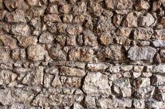 Steenmuur van onregelmatige en ruwe rotsen wordt gemaakt die Royalty-vrije Stock Fotografie