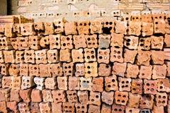 Steenoven. inzamelingsreeks van rode bakstenenstapel in ovenfabriek B Stock Foto