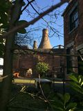 Steenovens van Stoke op Trent door bomen royalty-vrije stock afbeeldingen