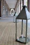 Steenoverwelfde galerij met lantaarns Stock Fotografie