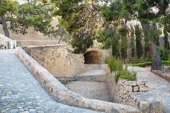 Steenpassage van kalksteen onder de brug in het kasteel Santa Barbara, Alicante, Spanje Stock Afbeeldingen