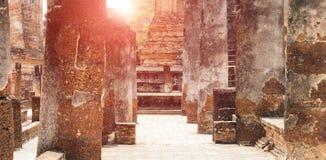 Steenpijlers en oude baksteen Stock Afbeeldingen