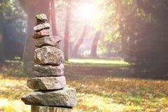 Steenpiramide in een park Royalty-vrije Stock Foto