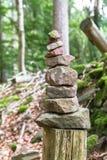 Steenpiramide in het bos Royalty-vrije Stock Afbeelding