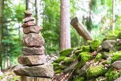 Steenpiramide in het bos Royalty-vrije Stock Afbeeldingen