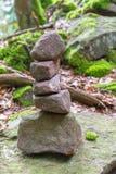 Steenpiramide in het bos Stock Foto's