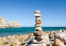Steenpiramide op Praia do Barranco Beach Sagres Vila do Bispo, Algarve, Zuidelijk Portugal Saldo en harmonieconcept zen Royalty-vrije Stock Afbeeldingen