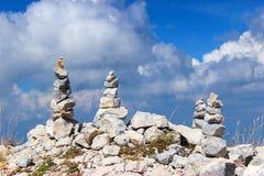 Steenpiramides in de bergen stock foto's
