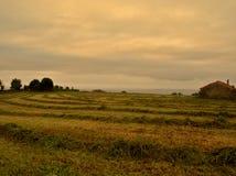 Steenplattelandshuisje bij zonsondergang stock afbeelding