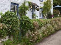 Steenplattelandshuisje met mooie tuin, Helford, Cornwall, Engeland Royalty-vrije Stock Foto