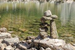 Steenpoort door het groene meer in Parang Royalty-vrije Stock Afbeeldingen
