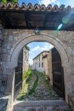 Steenpoorten in de oude stad van Kruja stock fotografie
