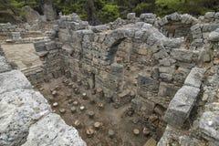Steenruïnes van huizen en de straat van de oude stad van Phaselis Stock Afbeeldingen